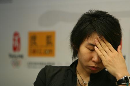 图文:女篮队员做客搜狐聊天 苗立杰陷入思考