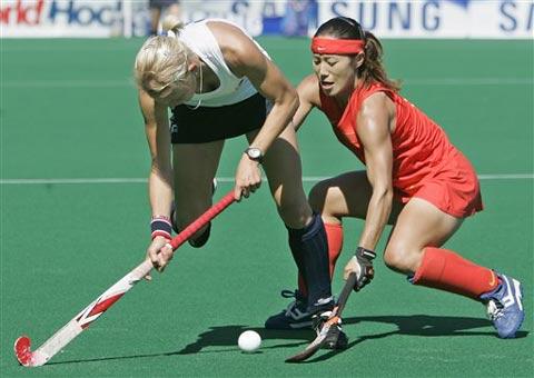 图文:女曲世界杯中国2-3英格兰 双方拼抢积极