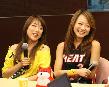 图文:CBA篮球宝贝作客搜狐 美女宝贝被逗笑