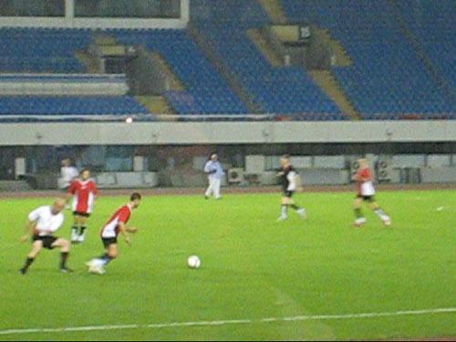 舒马赫来到上海踢球热身 罗斯布朗陪伴车王左右