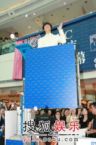 Rain香港出席新店开幕仪式 年轻阳光潇洒帅气