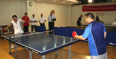 联想高管友谊赛 与乒乓球奥运冠军王涛过招