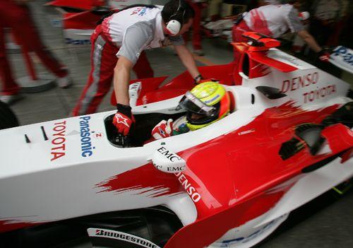 图文:F1中国大奖赛周五练习 小舒马赫回到维修站