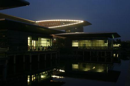 组图:夜幕笼罩下的上海国际赛车场一片静谧