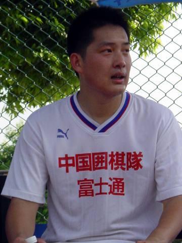 组图:古力、常昊、胡耀宇等围棋国手踢球放松