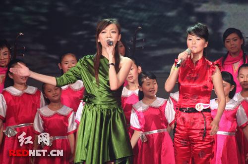 张亚飞尚雯婕搭档演唱《我的祖国》