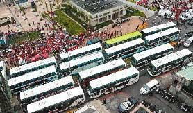 """施明德/""""环岛倒扁""""游览车队昨在台北火车站集结,在支持者的口号声中..."""