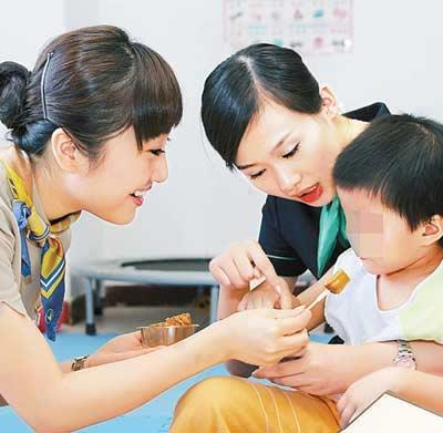 图文:深圳航空公司空姐带月饼看望自闭症儿童