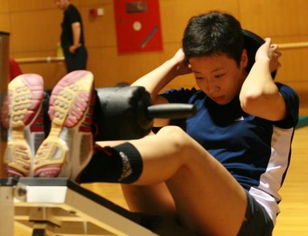 图文:女排公开训练课 冯坤进行腰腹力量训练