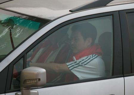 图文:女排公开训练课 陈忠和驾车来到训练馆
