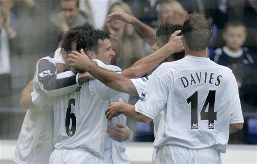 图文:利物浦VS博尔顿 斯皮德与队友庆祝进球
