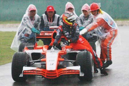 组图:雨天让车队措手不及 直击蒙泰罗冲出赛道
