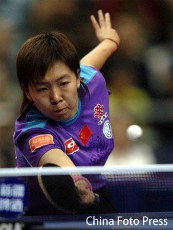 图文:女乒世界杯无缘四强 李晓霞在比赛中发球