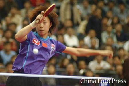 图文:女乒世界杯率先挺进四强 张怡宁在比赛中