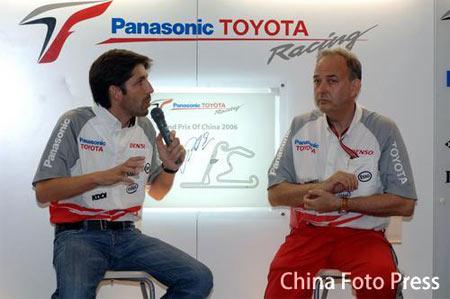 图文:F1上海大奖赛 丰田车队经理车手接受采访