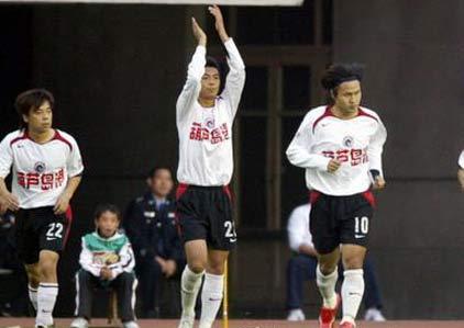图文:中超28轮辽宁VS北京 辽宁队球员庆祝进球