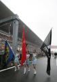 图文:舒马赫获F1中国站冠军 三个美女三面旗