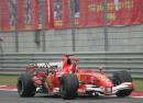 图文:舒马赫获F1中国站冠军 舒马赫挥手庆祝