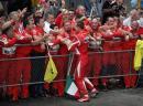 图文:舒马赫获F1中国站冠军 同工作人员庆祝