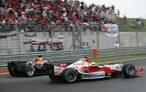 图文:舒马赫获F1中国站冠军 小舒马赫超越库塔