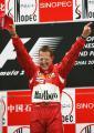 图文:舒马赫获F1中国站冠军 车王向观众致意