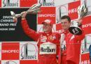 图文:舒马赫获F1中国站冠军 舒马赫与工程师