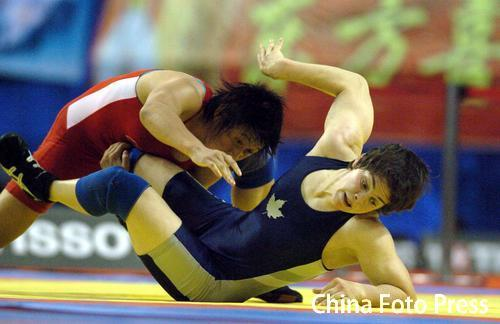 图文:摔跤世锦赛景瑞雪夺冠 比赛中压制对手