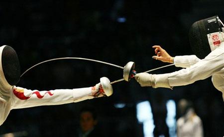 图文:击剑世锦赛女子重剑 李娜与对手剑锋相对