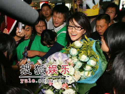 超女谭维维回家 机场受热情追捧开心不已(图)