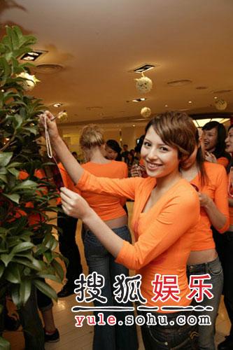 """16国精英模特上海现身 中秋节纷许""""超模""""愿"""