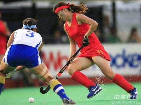 图文:女曲世界杯中国获第十名 唐春玲带球突破