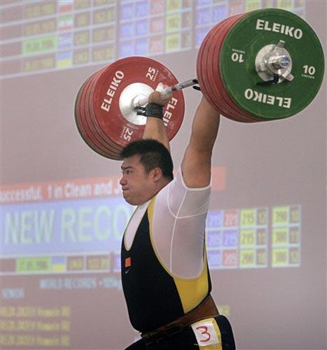 图文:重量级选手东峰创历史 东峰举起杠铃