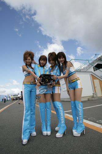 图文:F1日本大奖赛美女车模广角镜 红肥绿瘦2