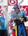 图文:阿隆索夺得F1日本站冠军 喷洒香槟