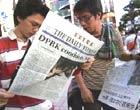 日本民众在阅读朝鲜核试验新闻