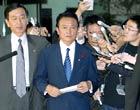 日本外相麻生抵达首相官邸