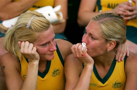 图文:女曲世界杯澳大利亚银牌 队员落下伤心泪