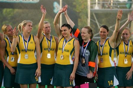 图文:女曲世界杯澳大利亚银牌 队员站上领奖台