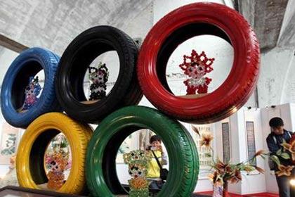 """图文:""""轮胎五环""""雕塑现身798创意文化节"""