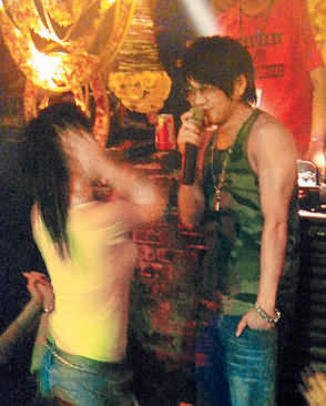 徐若瑄挥别吴建豪 与绯闻男友酒吧寻欢(组图)