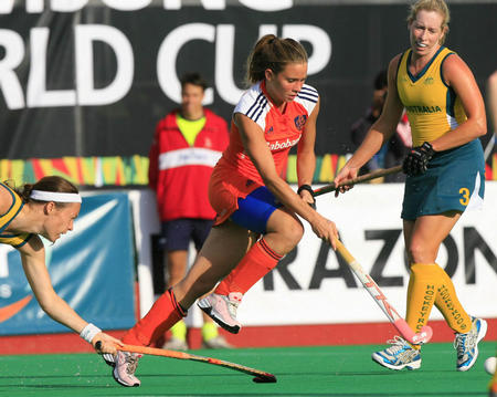 图文:女曲世界杯荷兰队夺冠 索菲亚带球突破