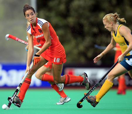 图文:女曲世界杯荷兰队夺冠 范-阿斯带球突破