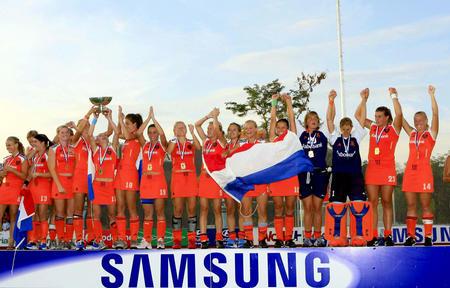图文:女曲世界杯荷兰夺冠 荷兰队捧杯庆祝