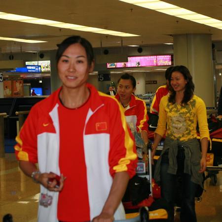 图文:击剑队赞誉回国 女子重剑队员走出机场