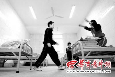 重庆救助站对流浪儿童分区管理 配电脑乒乓桌
