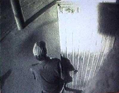 杀俄罗斯女记者疑犯图像曝光 戴棒球帽穿黑衣