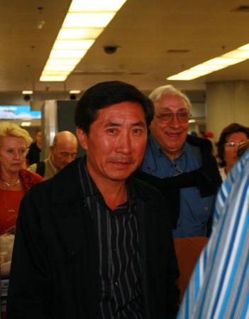 图文:中国女曲归国 金昶伯最后一个步出机场
