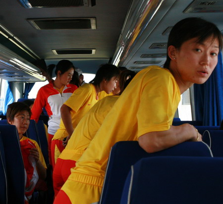 图文:中国女曲归国 队员直接奔赴天津训练