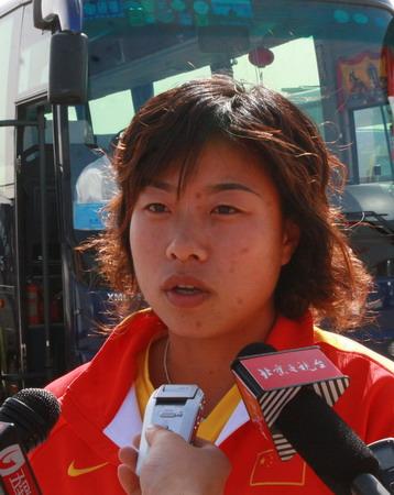 图文:中国女曲归国 队长马弋博接受采访