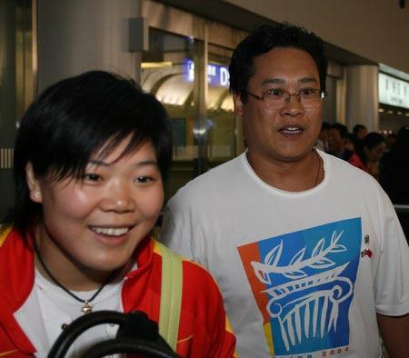 图文:举重队载誉归京 奥运冠军刘春红出机场